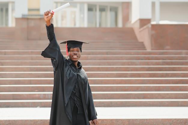 Homme souriant à la célébration de l'obtention du diplôme universitaire