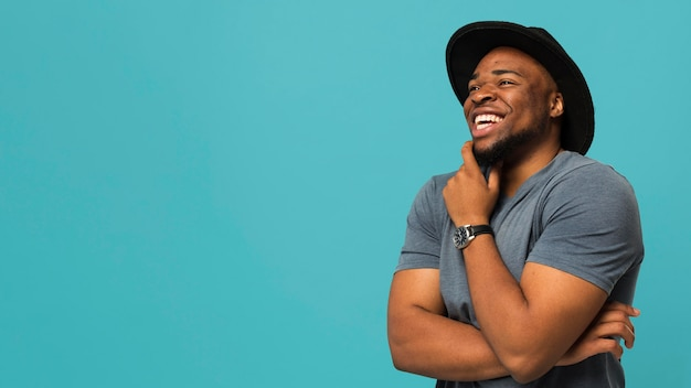 Homme souriant avec chapeau