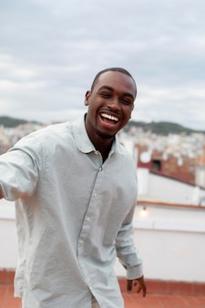 Homme souriant de coup moyen à la fête