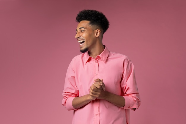Homme souriant de coup moyen avec fond rose
