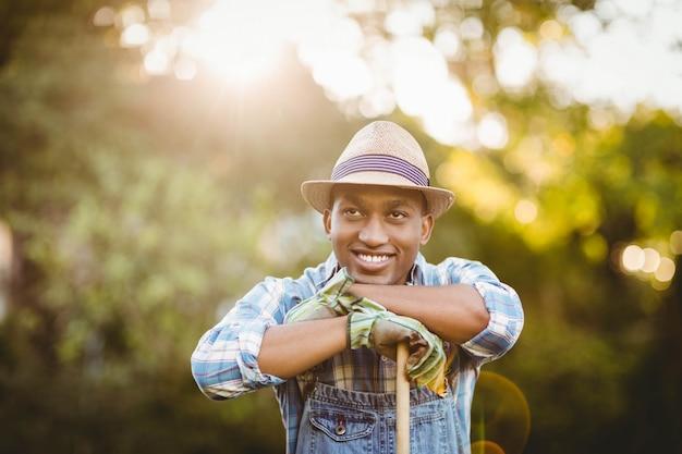 Homme souriant dans le jardin à la recherche de suite