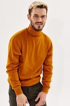 Homme souriant dans des vêtements à la mode lifestyle studio fond clair de style moderne. photo de haute qualité
