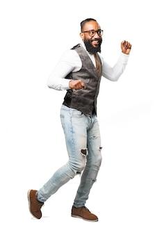 Homme souriant et dansant