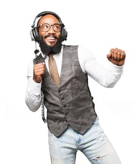 Homme souriant écouter de la musique avec un casque