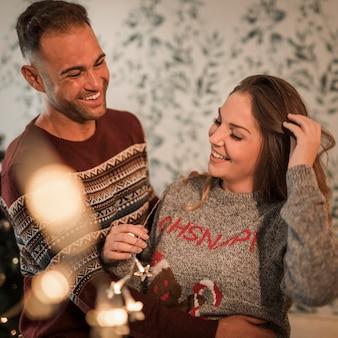 Homme souriant embrassant une femme joyeuse en chandails