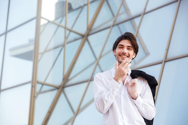 Homme souriant à l'extérieur