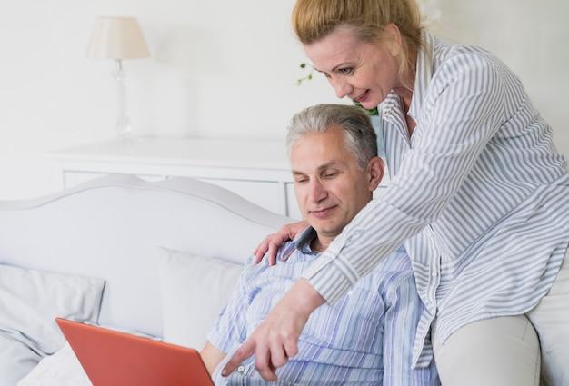 Homme souriant avec ordinateur portable
