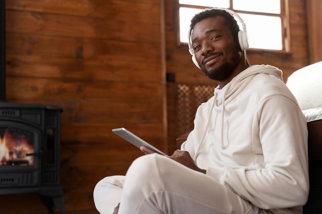 Homme souriant de plan moyen avec des appareils