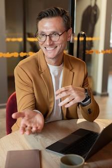 Homme souriant de plan moyen au travail