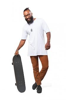 Homme souriant avec une planche à roulettes
