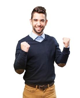 Homme souriant avec les poings levé