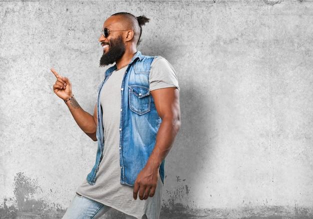 Homme souriant pointant vers un côté