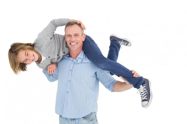 Homme souriant portant son fils sur ses épaules