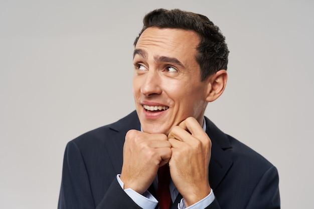 Homme souriant, regardant joyeusement vers les rêves, tournant la finance d'entreprise