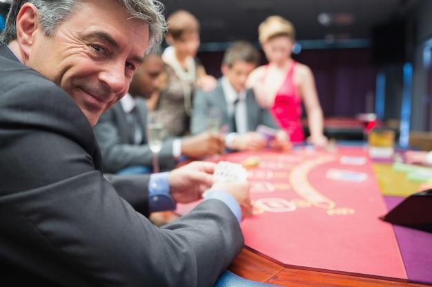 Homme souriant à la table de poker