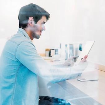 Homme souriant avec tablette
