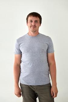 Homme souriant en tenue décontractée sur fond blanc