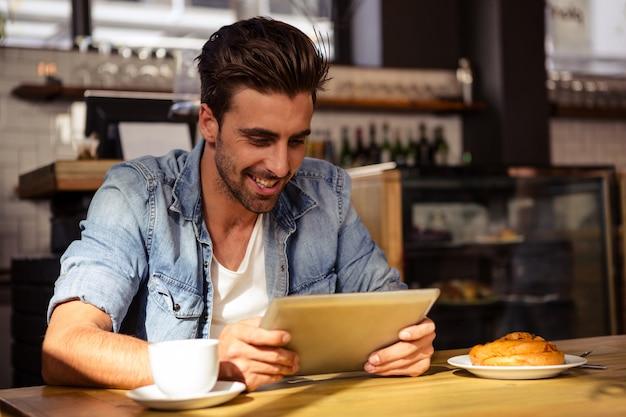Homme souriant, utilisation, tablette