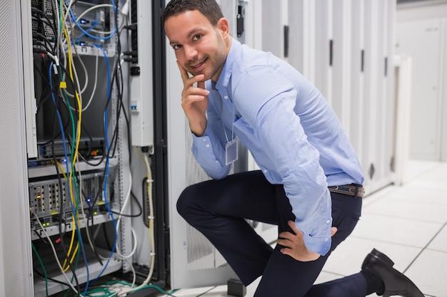 Homme souriant vérifiant les serveurs