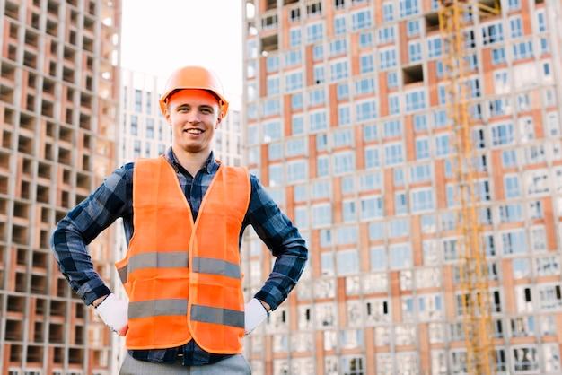 Homme souriant vue de face avec les mains sur les hanches