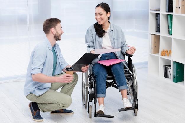 Homme, soutenir, invalide, collègue
