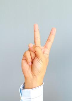 Homme spectacle countdoun de deux doigts