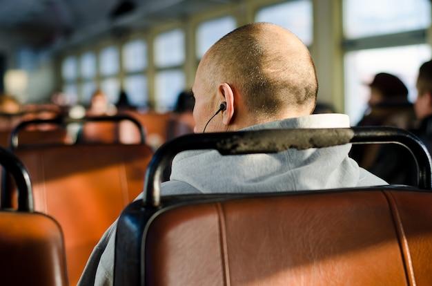 Homme de sport assis dans le bus