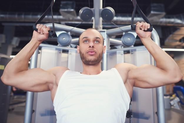 Homme de sport avec les bras tendus