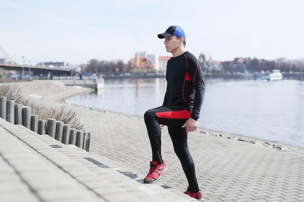 Homme de sport dans les rues extérieures