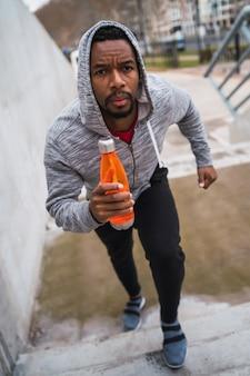 Homme de sport qui court dans les escaliers.