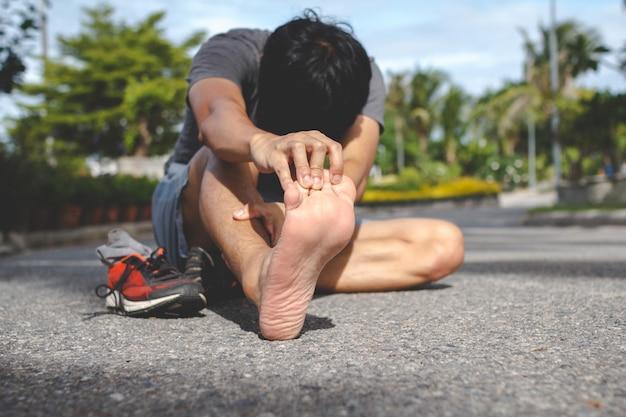 Homme de sport ressentir une douleur au pied après avoir couru.lésion du concept d'entraînement.