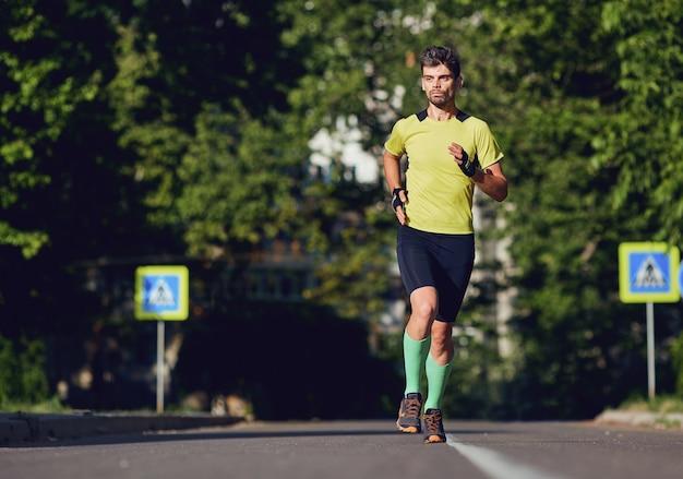 Un homme sportif court dans les rues de la ville.