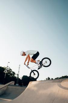 Homme sportif cyclisme extrême