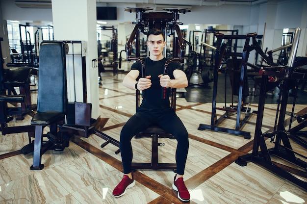Homme sportif dans une salle de sport du matin