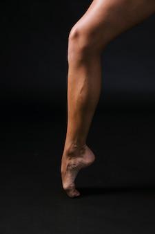 Homme sportif debout sur l'orteil