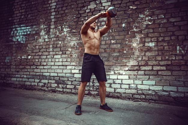 Homme sportif avec une kettlebell. force et motivation