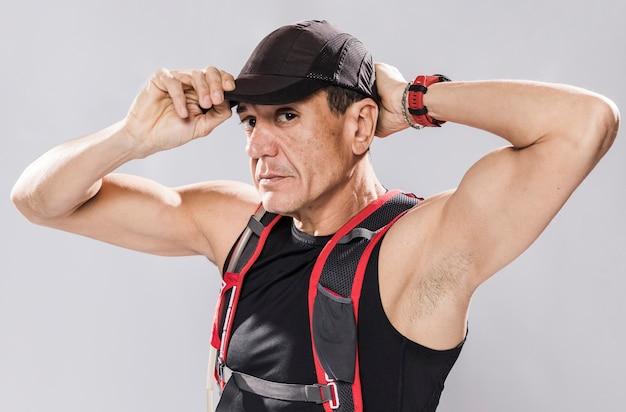 Homme sportif, mettre, casquette