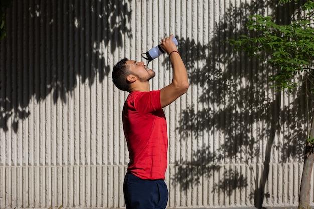 Homme sportif mexicain de l'eau potable