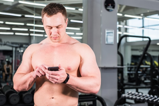 Homme sportif musclé utiliser tracker d'activité