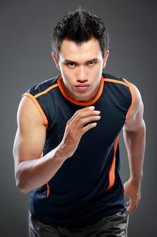 Homme sportif qui court