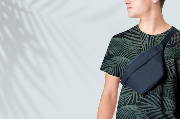 Homme sportif avec sac ceinture bleu marine streetwear studio shoot