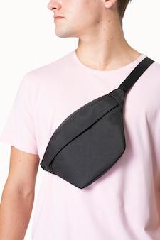 Homme sportif avec sac ceinture couleur streetwear studio shoot