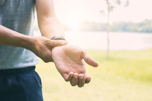 Homme sportif souffrant de bras et de main blessant un exercice ou un entraînement