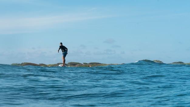 Homme sportif surf à hawaii