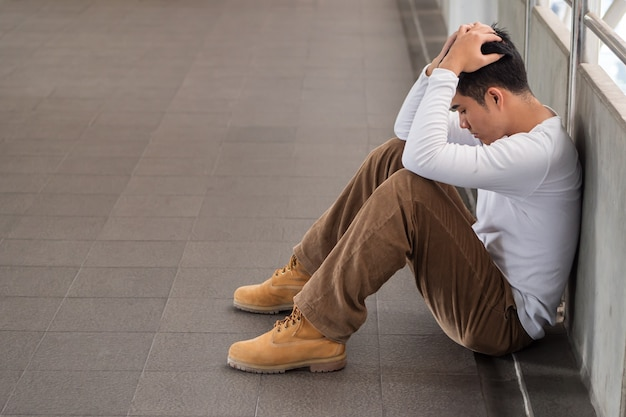 Homme stressé, fatigué, frustré, épuisé, négatif