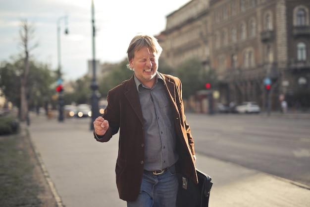 Un homme stressé marche dans la rue