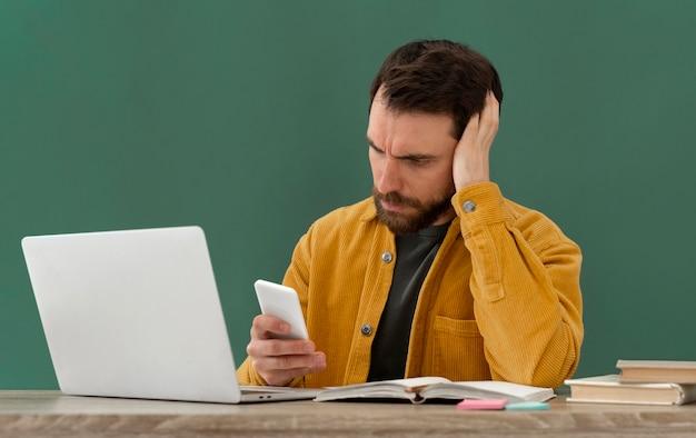 Homme stressé travaillant sur ordinateur portable