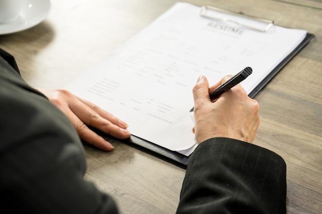 L'homme a le stylo pour postuler pour un nouvel homme d'affaires