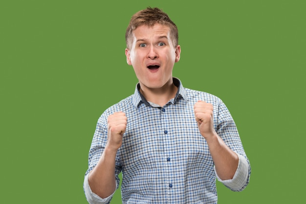 Homme de succès gagnant heureux extatique célébrant être un gagnant. image énergétique dynamique du modèle masculin