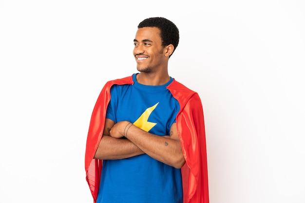 Homme de super héros afro-américain sur fond blanc isolé heureux et souriant